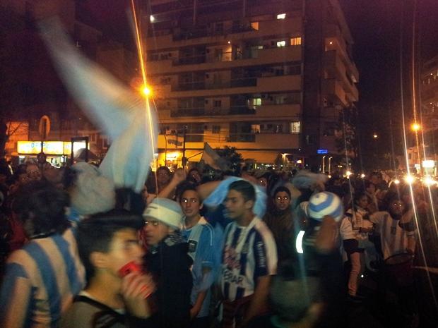 """Festejo de """"la generación Messi"""" en la Plaza de Alta Córdoba, tras el triunfo frente a Holanda   Foto: Turello.com.ar"""