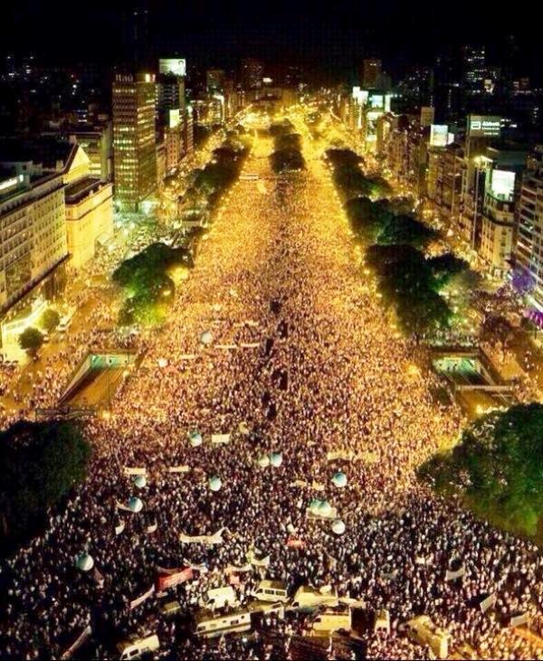 Multitudinario festejo de los hinchas argentinos en el Obelisco y las principales ciudades argentinas   Crédito: twitter @AngelDiMaria