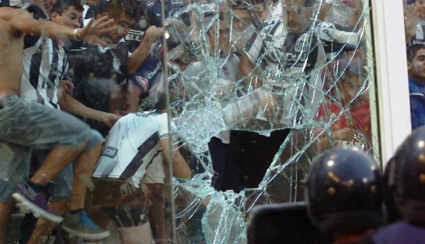 La peor imagen del hincha de Talleres. Ante una nueva frustración destrozan el Kempes y atacan a la Policía | Foto: www.cadena3.com