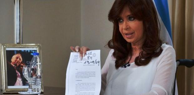 La defensa de CFK: en silla de ruedas, de blanco,  con una foto de Néstor Kirchner, negó que él hubiera designado a Nisman.