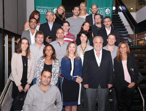 Los 20 primeros egresados de la Universidad Siglo 21 junto a María Belén Mendé y Juan Carlos Rabbat.
