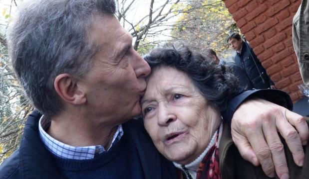 Macri saluda a una vecina del conurbano bonaerense. El Gobierno argumenta que la sociedad tiene más tolerancia que la que muestran los medios de comunicación | Foto: lavoz.com.ar