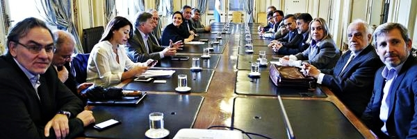 Aranguren (saco marrón, al medio) explica la propuesta, mientras Lopetegui, Guadagni y Frigerio observan el power point | Foto: infobae.com