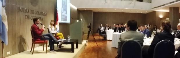 "Axel Kaiser y Gloria Álvarez presentan el libro ""La amenaza populista""   Foto: Twitter @bolsacordoba"