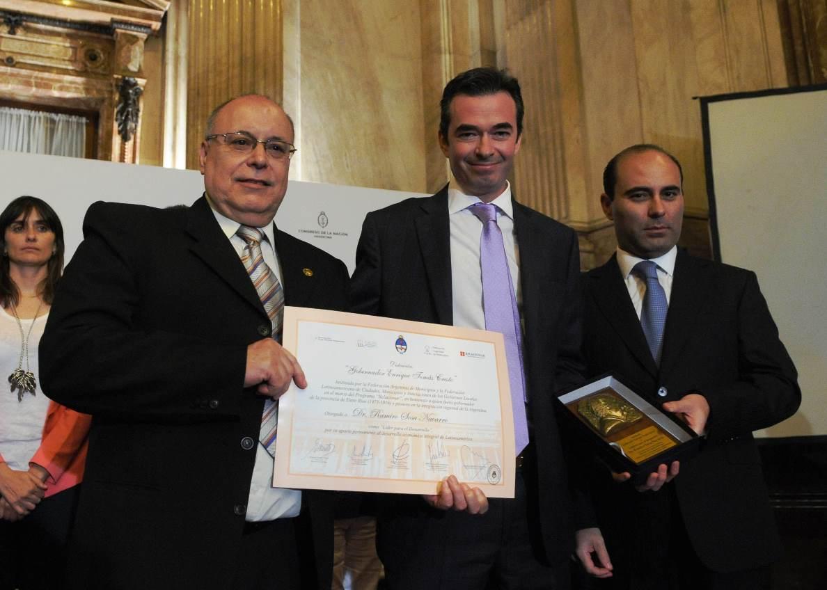 Ramiro Sosa Navarro recibiendo la distinción en el Salón Azul de la Cámara Alta | Foto: Bancor.