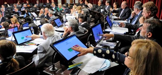 El Senado aprobó por 52 votos positivos, 2 en contra y 12 abstenciones la reforma de Ganancias. Carlos Caserio (Córdoba-PJ), segundo a la derecha, vota el cambio   Foto: lanacion.com.ar
