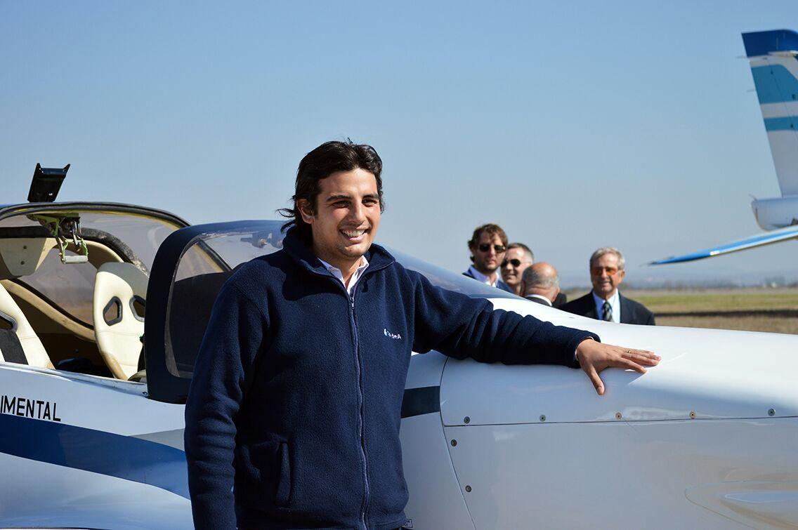 Juan Vidal junto al avión IA-100 en la Escuela de Aviación Militar (Córdoba) | Foto: FAdeA.