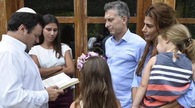 Enero de 2016 | Marcelo Polakoff reza junto a Mauricio Macri, Juliana Awada y las hijas de Alberto Nisman / Foto: Presidencia de la Nación.
