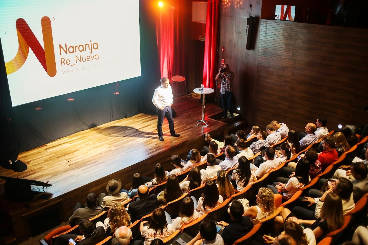 Asrin frente a un auditorio lleno   Foto: Naranja.