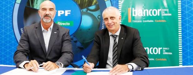 YPF y Hugo Escañuela (Banco de Córdoba) firman el acuerdo que beneficia a productores cordobeses | Foto: bancor.com.ar