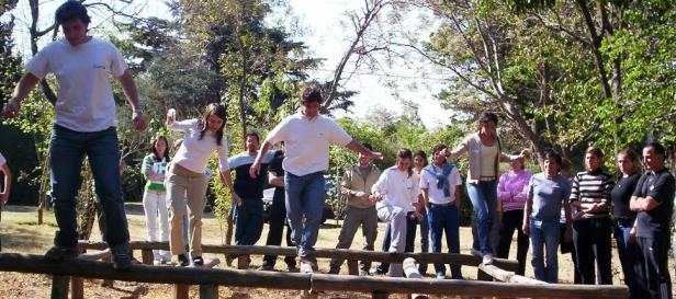 Los juegos enseñan sobre las relaciones de poder y cómo se alcanzan los objetivos de un grupo, parte del programa de Argentina Experiencial.