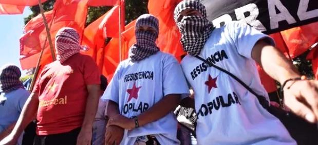Piqueteros enmascarados y con palos cortaron la 9 de Julio | Foto: infobae.com