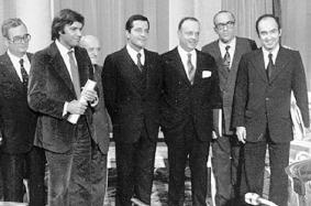 Felipe González (PSOE) y Adolfo Suárez (conservador) firman en 1977 los Pactos de la Moncloa, entre otros | Foto: elmundo.es