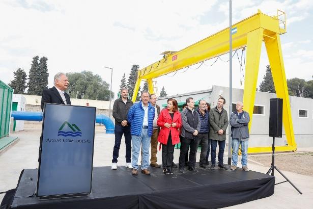 Aldo Roggio, presidente del Grupo Roggio, junto a funcionarios provinciales y municipales en la inaguración de la Estación Elevadora Las Violetas | Foto: Aguas Cordobesas.