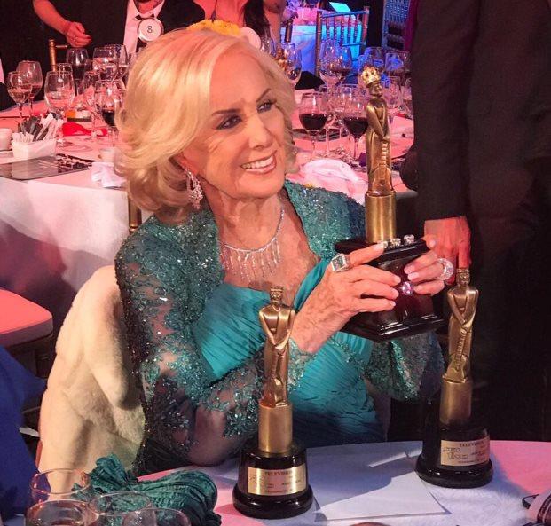 La gran ganadora de la noche junto al máximo premio jamás entregado por APTRA | Foto: Agustina Vivero
