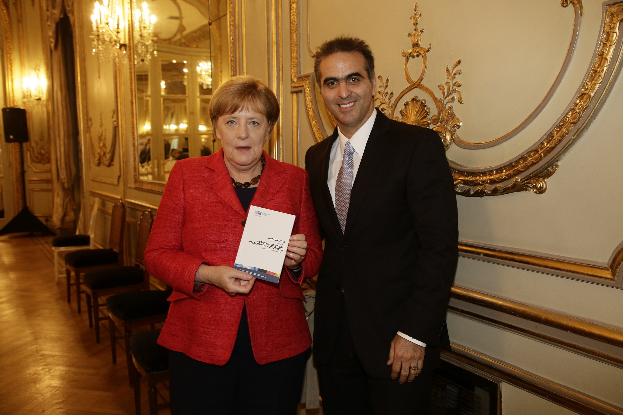 Pablo DiSi (presidente de Volkswagen y AHK en Argentina) junto a la canciller de Alemania Angela Merkel