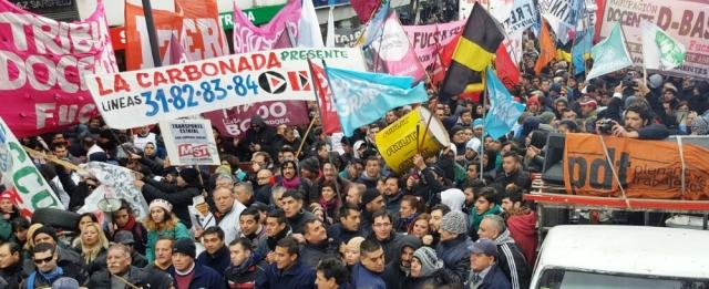 Delegados y choferes díscolos del transporte mantenían anoche la protesta frente a UTA | Foto: cadena3.com