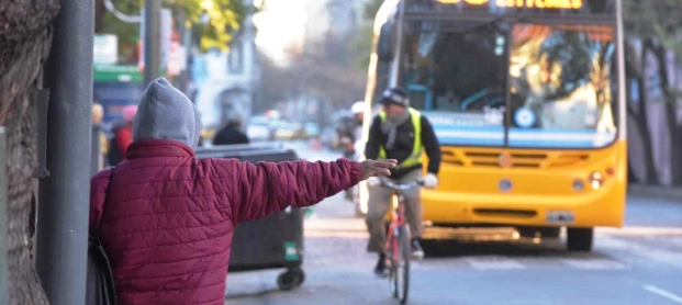 Una imagen que lo dice todo: circula un colectivo de Aucor, donde se inició la huelga; un pasajero busca subirse a la unidad y la bicicleta sigue siendo una alternativa | Foto: lavoz.com.ar