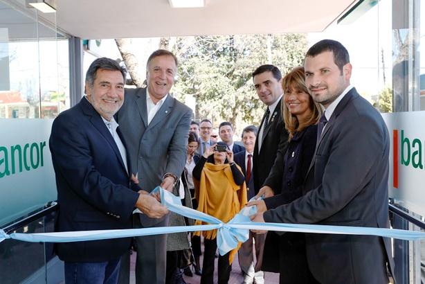 Autoridades de Bancor y de la Municipalidad de Salsipuedes en la inauguración de Bancor Más.