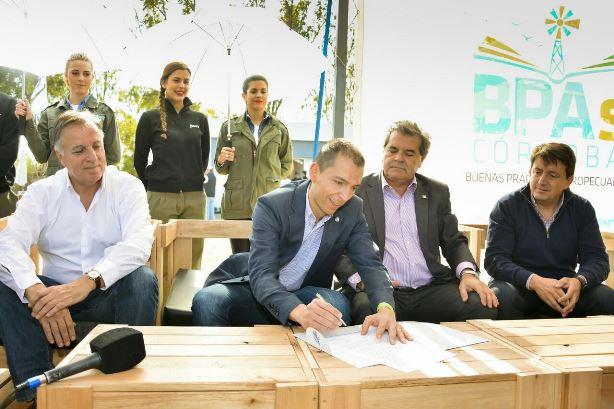 De izquierda a derecha: Daniel Tillard [Bancor], Luis Picat [Soc. Rural de Jesús María] y Sergio Busso [Min. Agricultura].   Foto: Bancor.