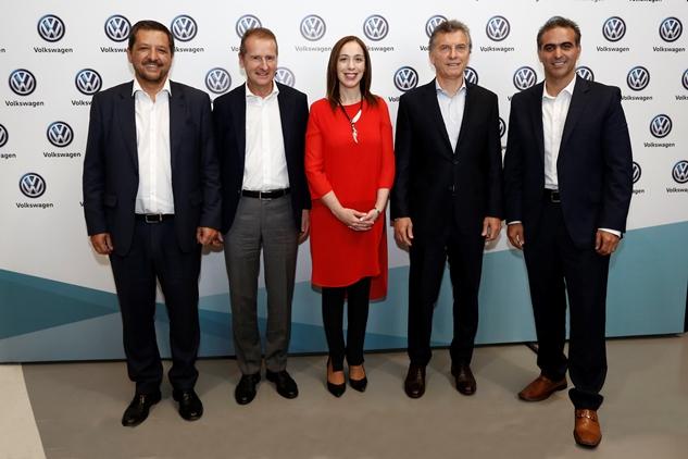Hernán Vázquez [Pte. VW Argentina]; Herbert Diess [CEO de VW a nivel global], la gobernadora María Eugenia Vidal, el presidente Mauricio Macri y Pablo Di Si [Pte. SAM Región del Grupo VW] | Foto: Volkswagen.