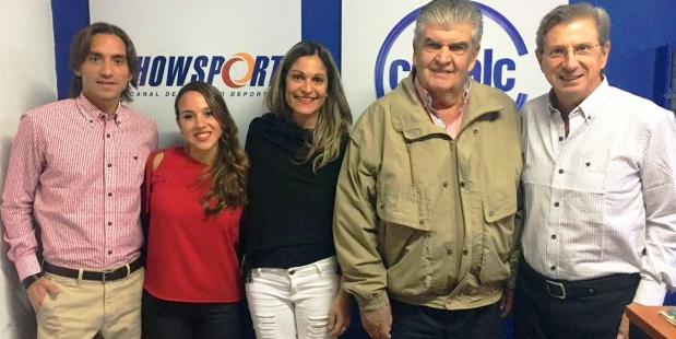 Celina y Juan Carlos Tay en el centro, junto a Sebastián, Nicole y Juan, en el debut de Los Turello Plus.