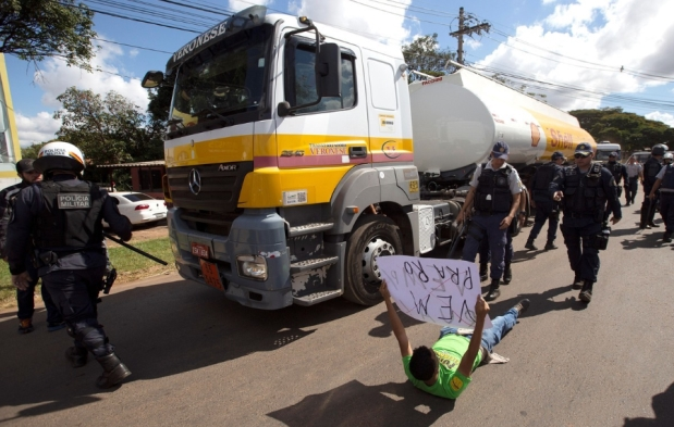 La policía militar de Brasil detuvo a manifestantes que obstruían la salida de camiones con combustible | Crédito: EFE.