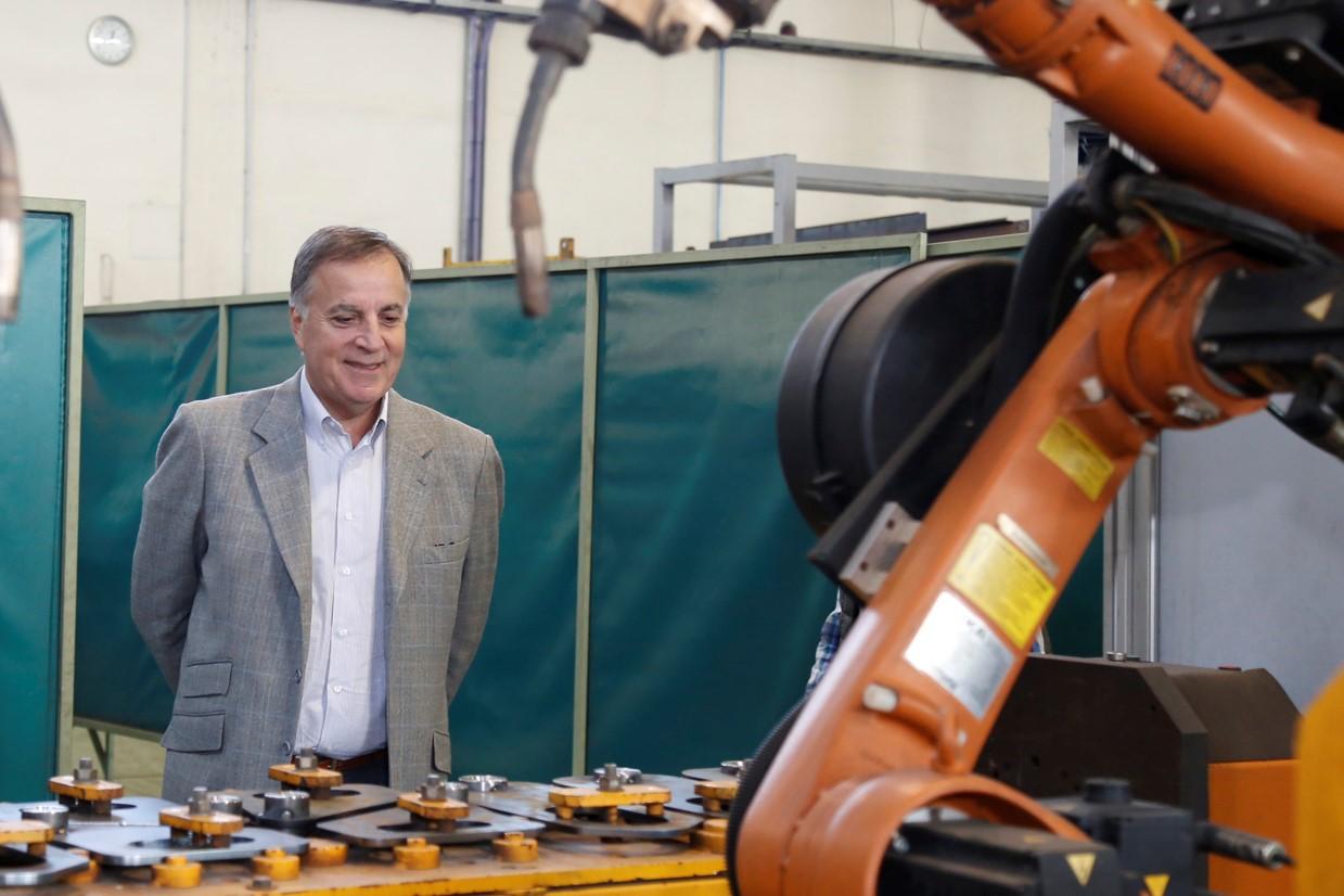 Daniel Tillard -presidente de Bancor- observa la línea de producción de una empresa industrial | Foto: Banco de Córdoba.