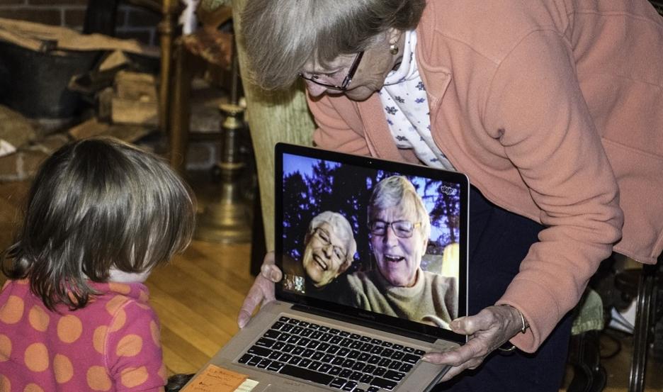 Varios adultos mayores usan la tecnología para comunicarse con familiares | Imagen publicada por benralexander en Pixaby.com