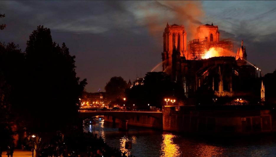 Se incendió la catedral de Notre Dame en París | Foto: publicada por el El País.