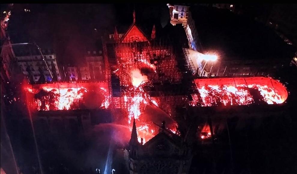 Foto aérea de la catedral de Notre en llamas, desde un drone de la policía francesa.