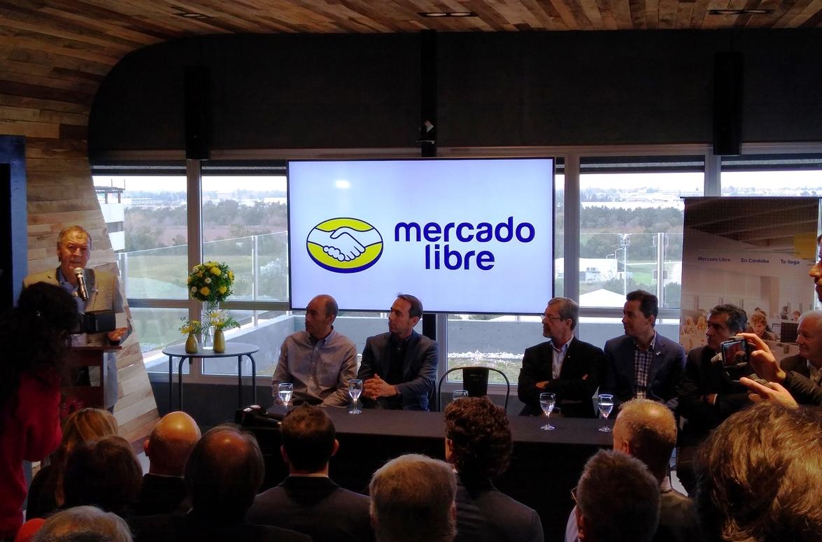 Autoridades de Mercado Libre y del Gobierno de Córdoba escuchan a Schiaretti en el SUM de Mercado Libre.