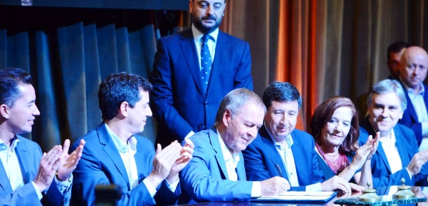 Schiaretti firma el acuerdo ante De Pedro y Arroyo, con el aplauso de Calvo, Vigo y Llaryora en la cabecera del acto | Foto: lavoz.com.ar