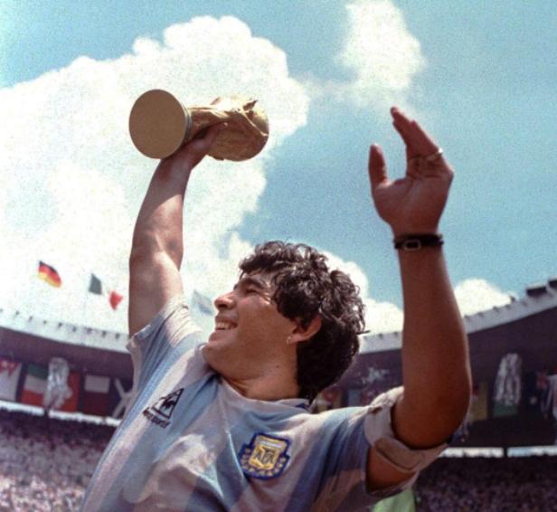 Maradona, en andas, levantando la Copa del Mundo de 1986 | Foto: AFP.