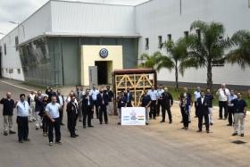 Operarios y directivos del Centro Industrial Córdoba de Volkswagen festejan la primera exportación a India | Foto: prensa VW Group Argentina.