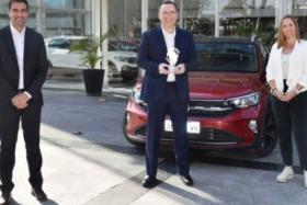 Autoridades de VW muestran el premio | Foto: prensa Volkswagen Arg.